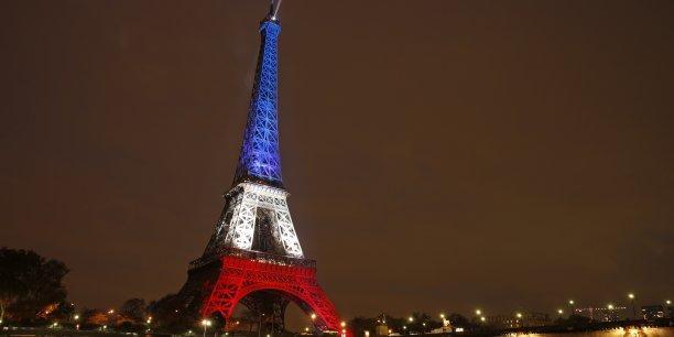 La tour eiffel illuminee aux couleurs de la france apres les attentats du 13 novembre